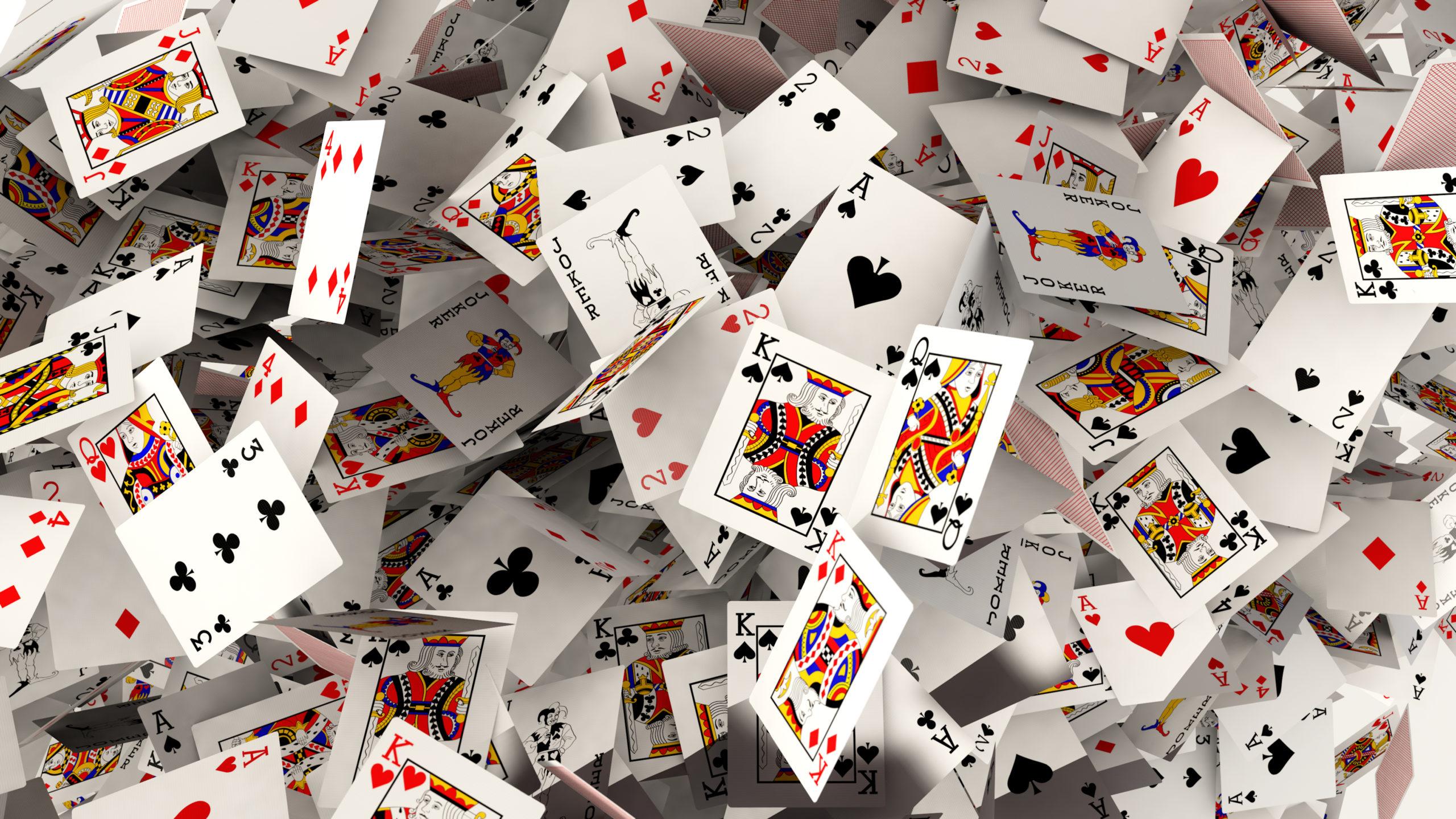 舞い散るポーカーのトランプ