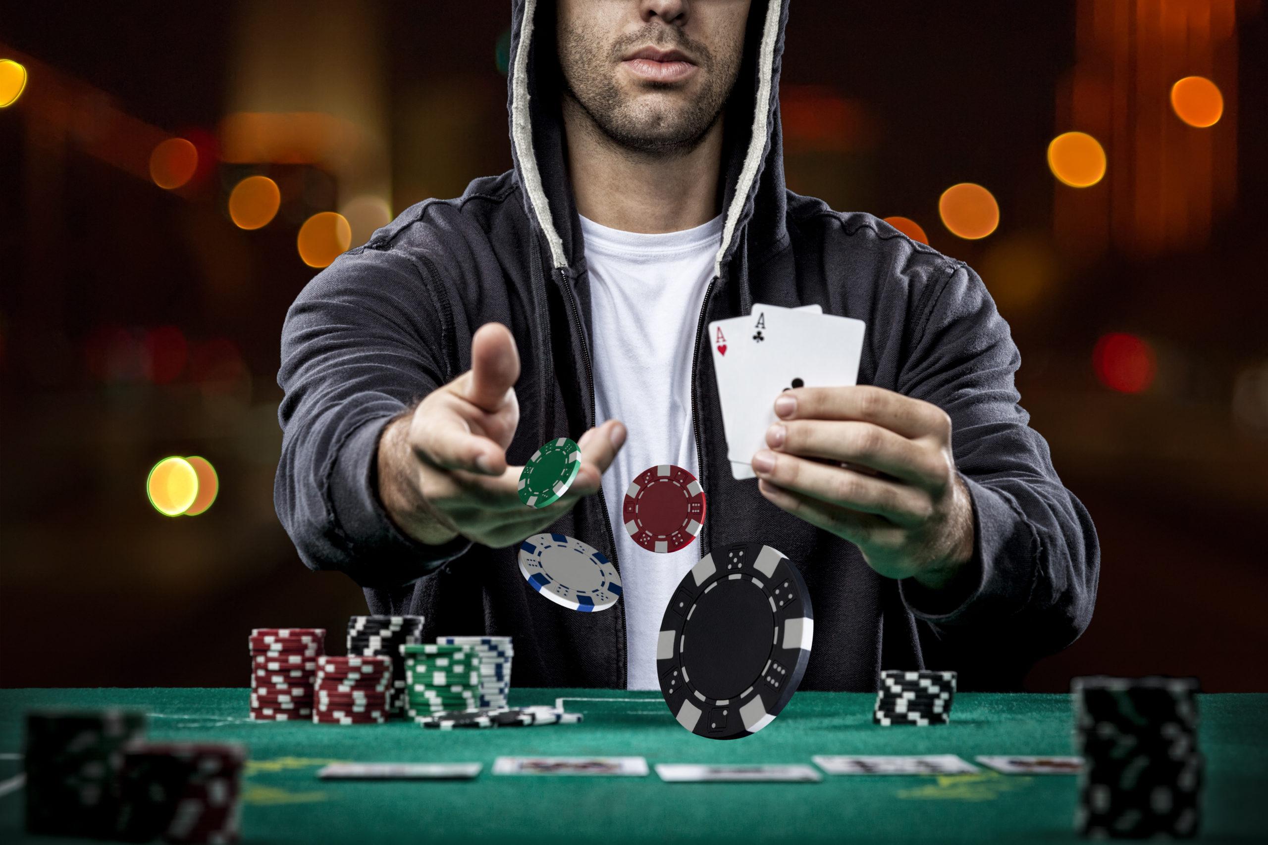ポーカーをする男