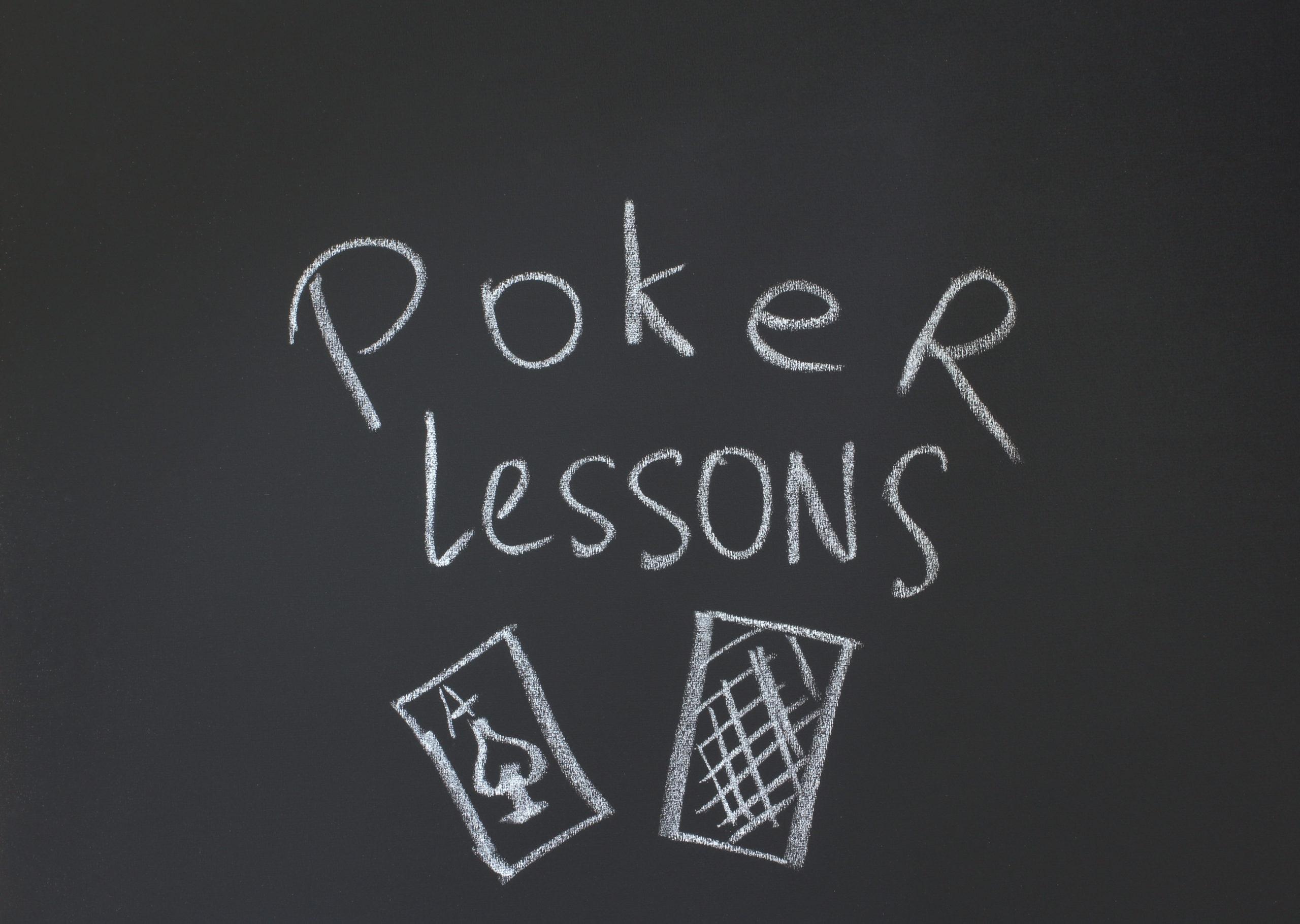 黒板に書かれたポーカーの文字