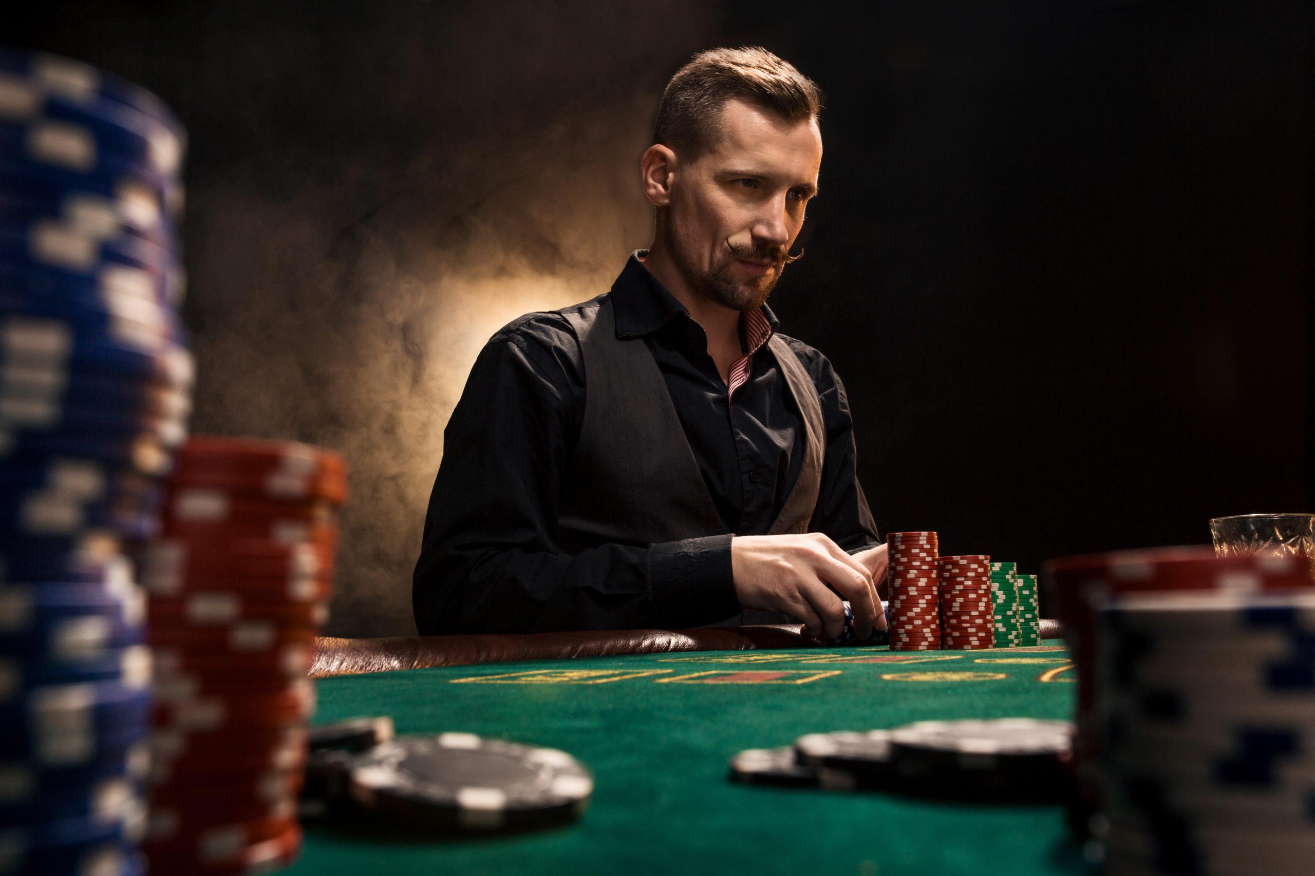 ポーカーをする男性