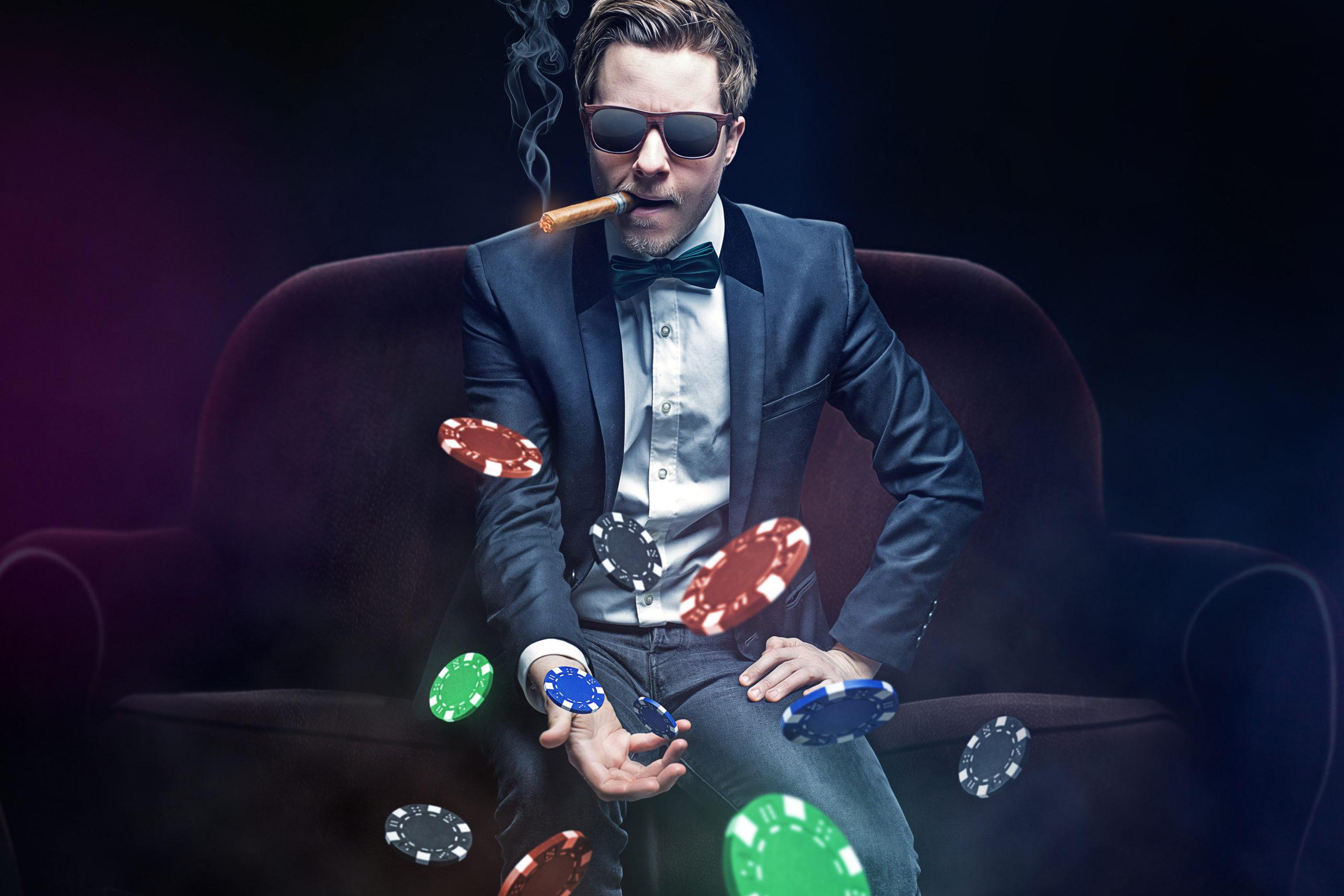 タバコを吸いながらポーカーをする男性