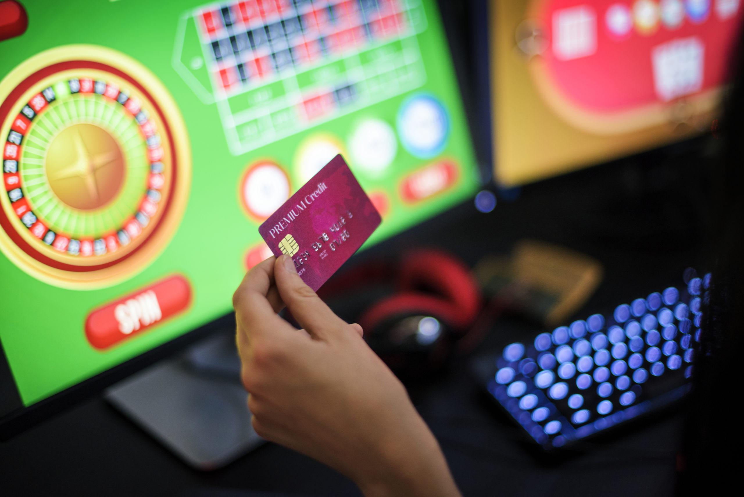 オンラインカジノにクレジットカードで入金する男性